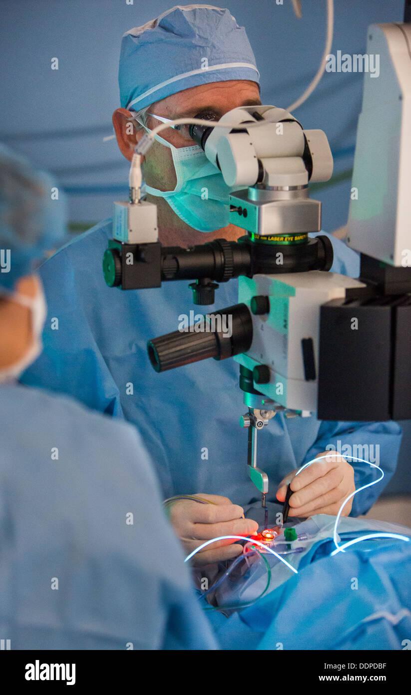 Médecin réalise l'intervention. Photo Stock