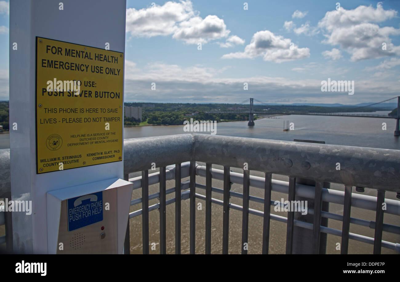 Poughkeepsie, New York - Un téléphone de prévention du suicide sur le chemin de ronde sur l'Hudson. Photo Stock