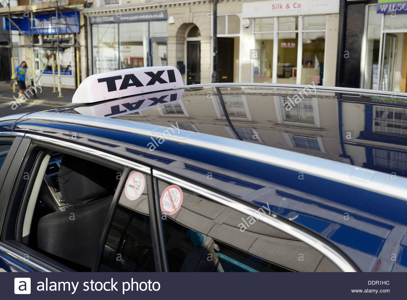 En taxi, rue Hastings, East Sussex, Angleterre, Royaume-Uni Photo Stock