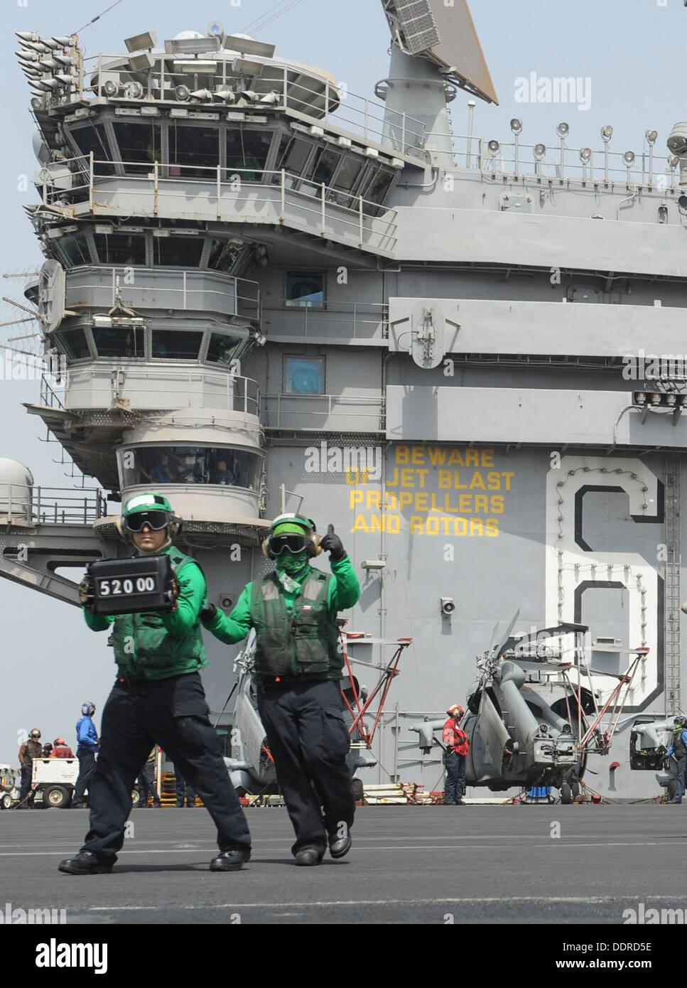 Boatswain's Aviation mates (équipement) des travaux sur le pont d'envol du porte-avions USS Nimitz (CVN 68). Nimitz est déployée Photo Stock