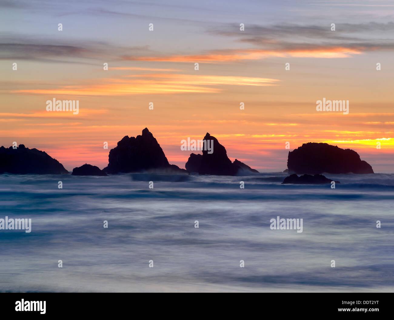Coucher du soleil et les roches. Bandon, Oregon Photo Stock