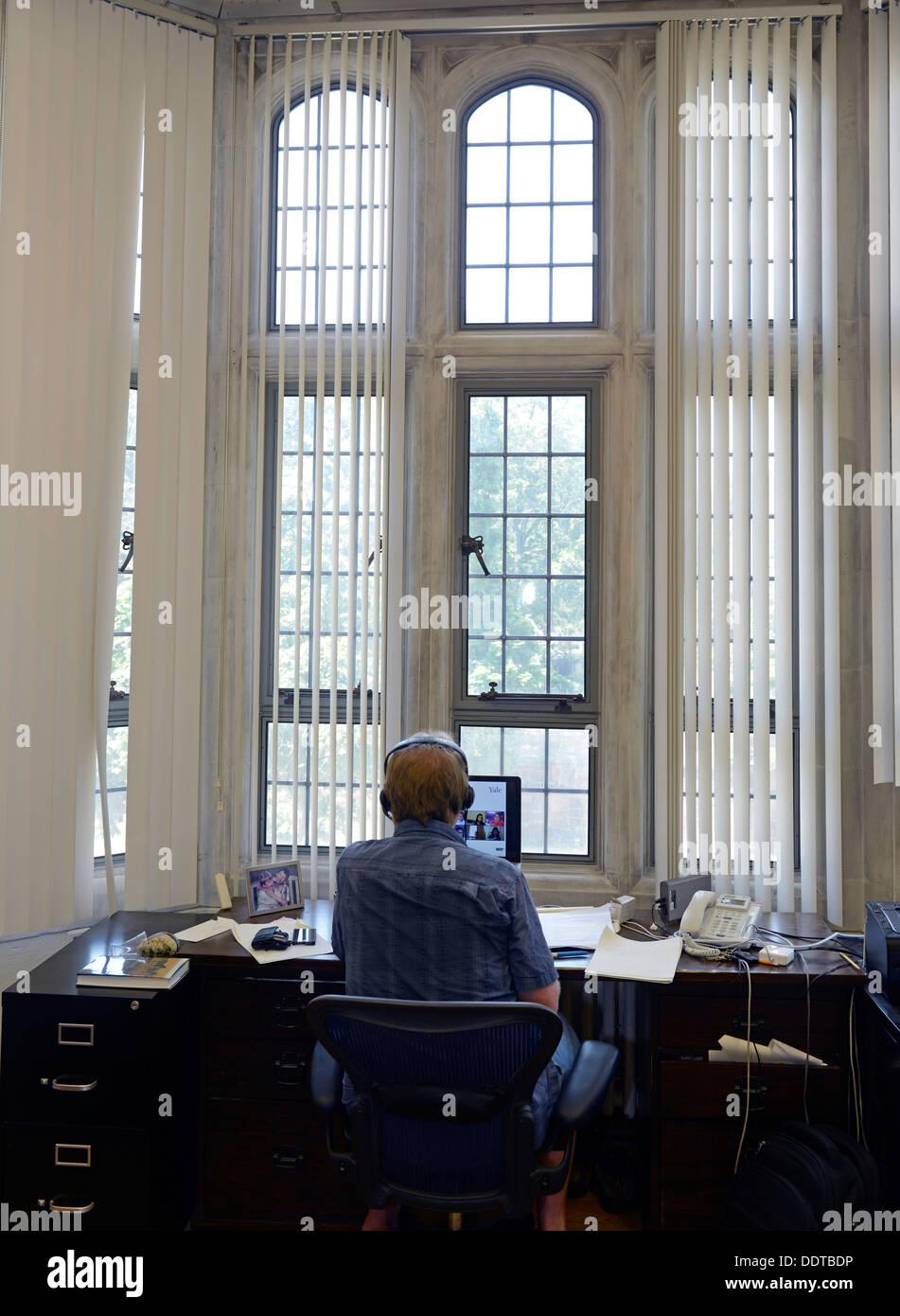 Professeur de psychologie d'Yale Paul Bloom enseigne à une classe de l'article en ligne à partir de son bureau. Yale est de faire un gros push en ligne. Photo Stock