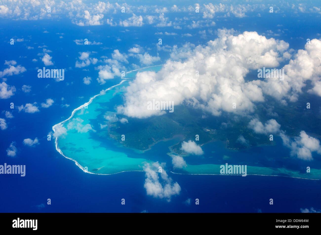 Vue sur Raiatea à partir de l'air avec des nuages. Polynésie Française Photo Stock