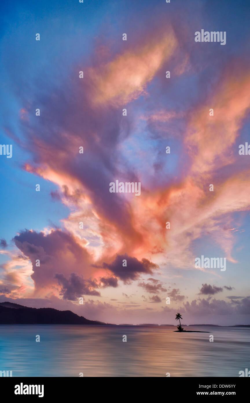 Petite île et le coucher du soleil les nuages. Bora Bora. Polynésie Française Photo Stock