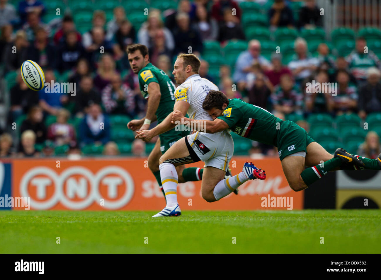 Leicester, Royaume-Uni. Sep 8, 2013. Leicester's Anthony Allen fait un battant s'attaquer. Action de la Aviva Premiership match entre Leicester Tigers et Worcester Warriors joué à Welford Road, Leicester Crédit : Graham Wilson/Alamy Live News Photo Stock