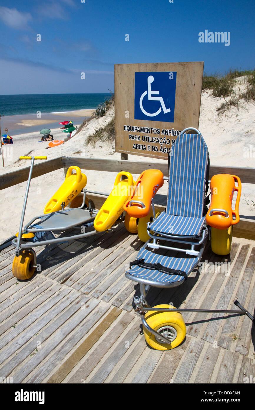Fauteuil roulant et l'équipement de mobilité pour une utilisation sur plage et dans l'eau, la plage Osso da Baleia, Mata Nacional do Urso, Pombal, Portugal Photo Stock