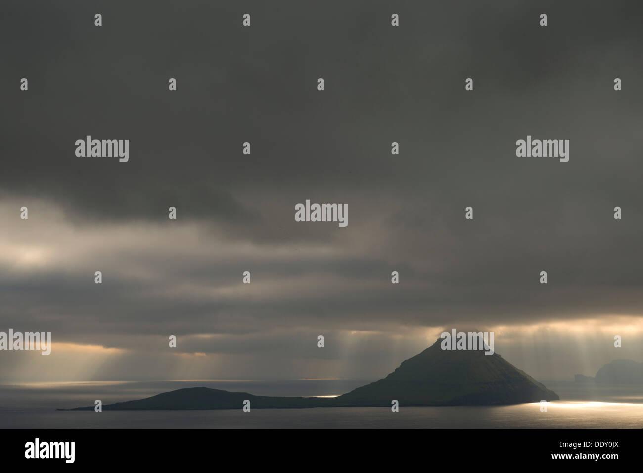Éclairage d'ambiance dramatique, nuages bas, les rayons de lumière qui tombe sur la mer Photo Stock