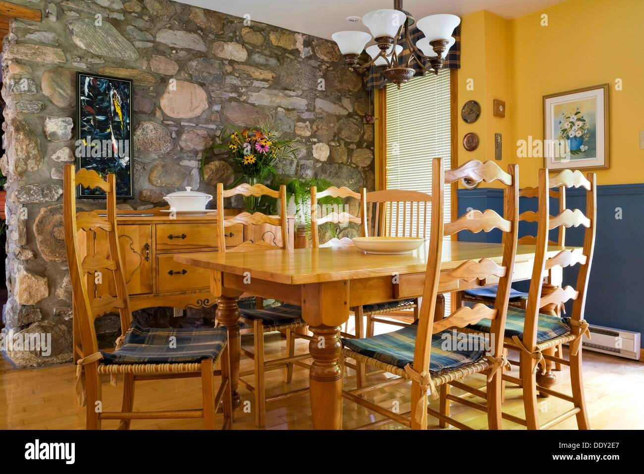 table ancienne des chaises et des meubles dans la cuisine d 39 un vieux style cottage canadiana. Black Bedroom Furniture Sets. Home Design Ideas