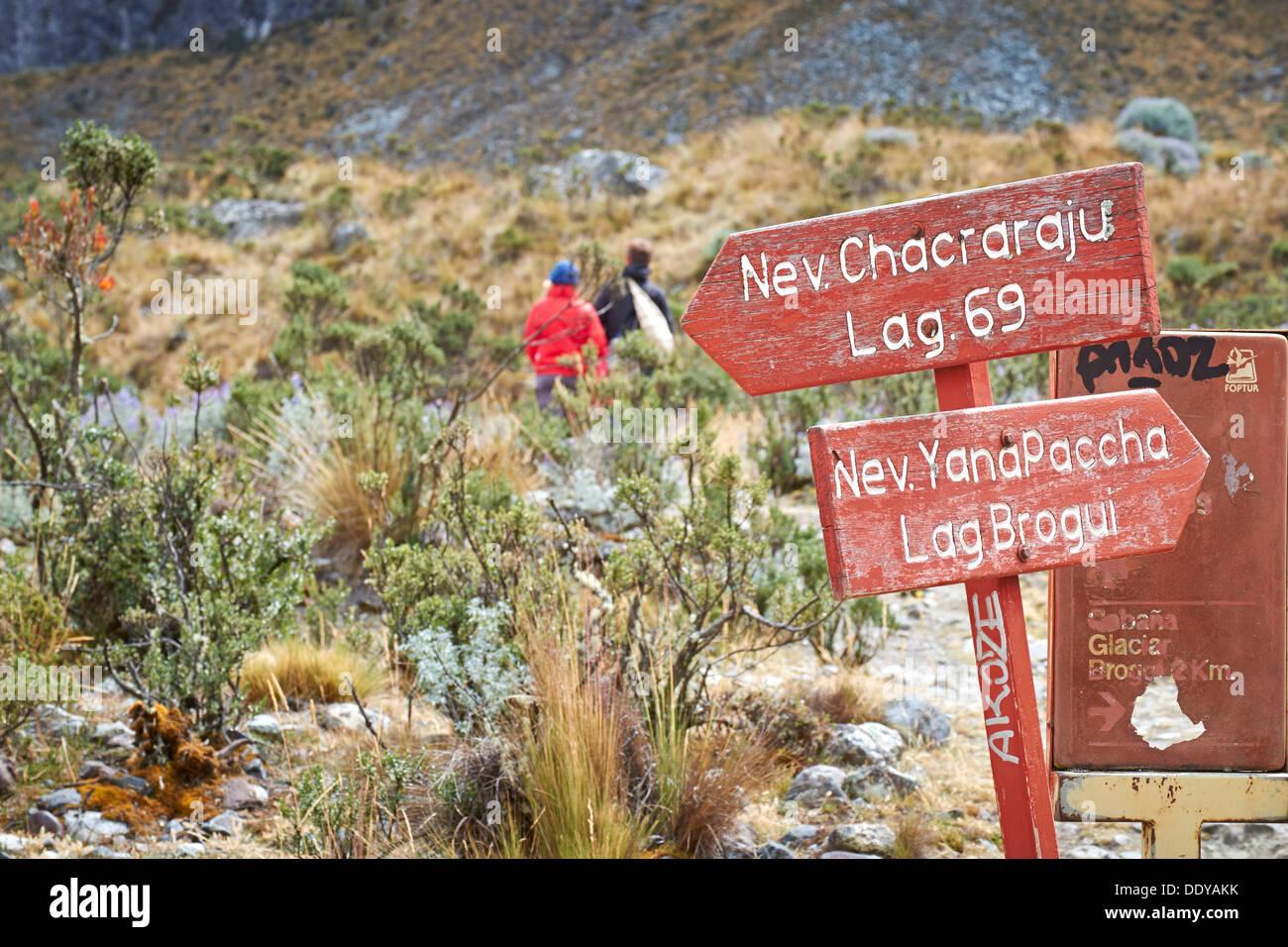 Un couple en train de marcher sur la Laguna 69 trek dans le Parc National Huascarán, Andes péruviennes. Photo Stock