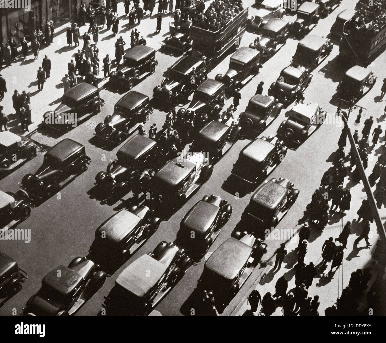 Embouteillage sur la Fifth Avenue et 49th Street, New York, USA, début 1929. Artiste : Inconnu Photo Stock
