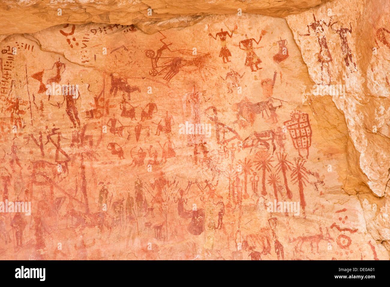 Rock des dessins préhistoriques dans la vallée de la Tadrart Akakus, montagnes, désert de Libye, Maroc, Sahara, Afrique du Nord, Afrique Photo Stock