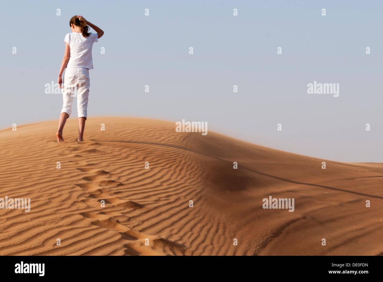 Ascendant fille sand dune Banque D'Images
