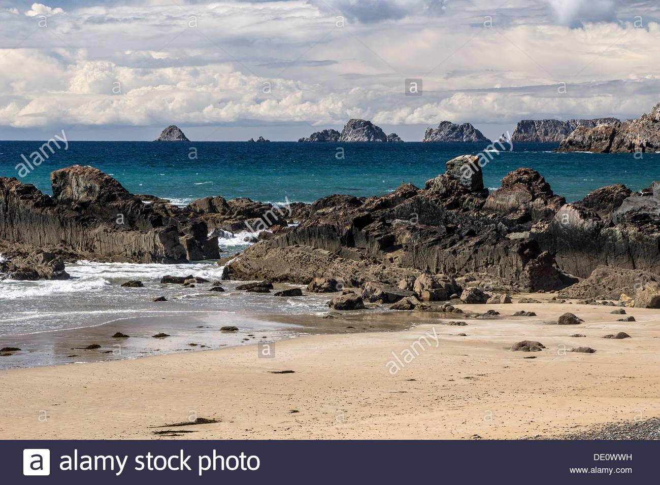 Presqu'île de Crozon: Anse de Dinan et la côte de la région de l'arrière-plan - Bretagne - France Banque D'Images