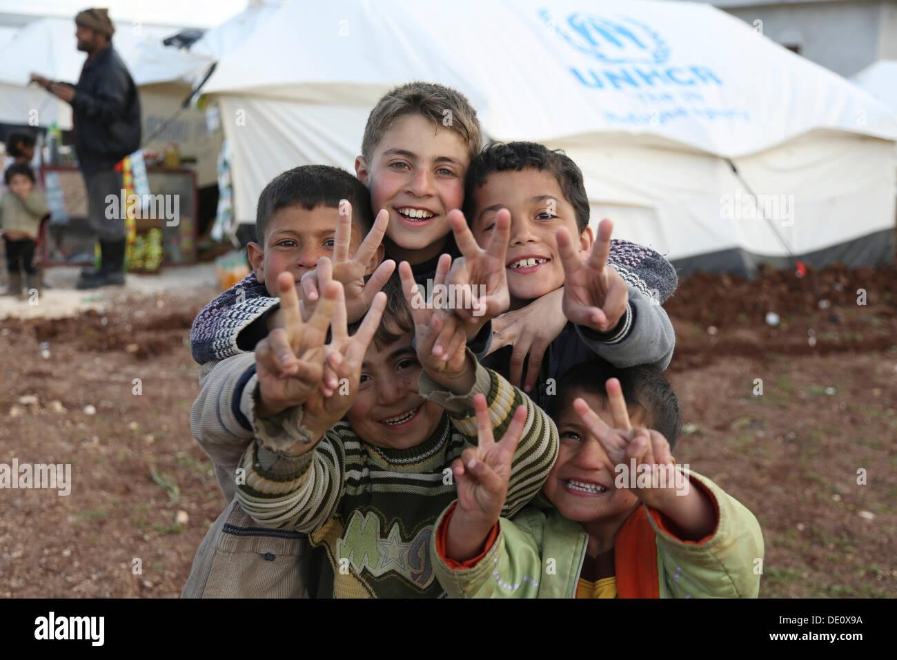 Les enfants dans un camp de réfugiés syriens de la guerre civile, près de la frontière turque Photo Stock