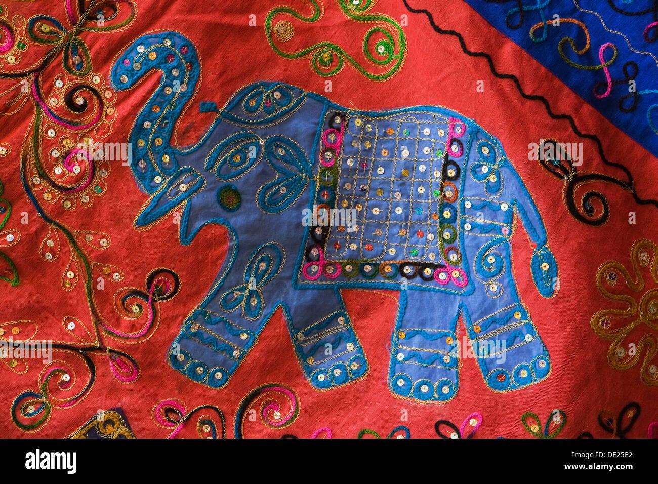 Éléphant brodé sur un morceau de tissu, à un souk arabe, Grenade, province de Grenade, Andalousie, Espagne Photo Stock