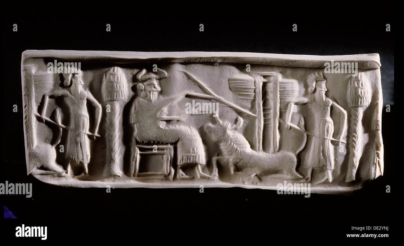 Impression moderne d'un joint de cylindre akkadien reproduit une scène d'une déité assise portant une coiffe à cornes, avec accompagnateur Photo Stock