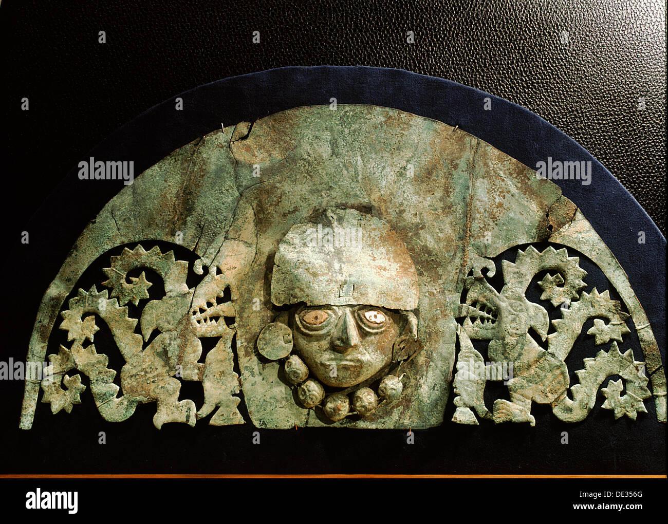 Cette coiffe d'argent représente une scène de la mythologie Chimu. Photo Stock