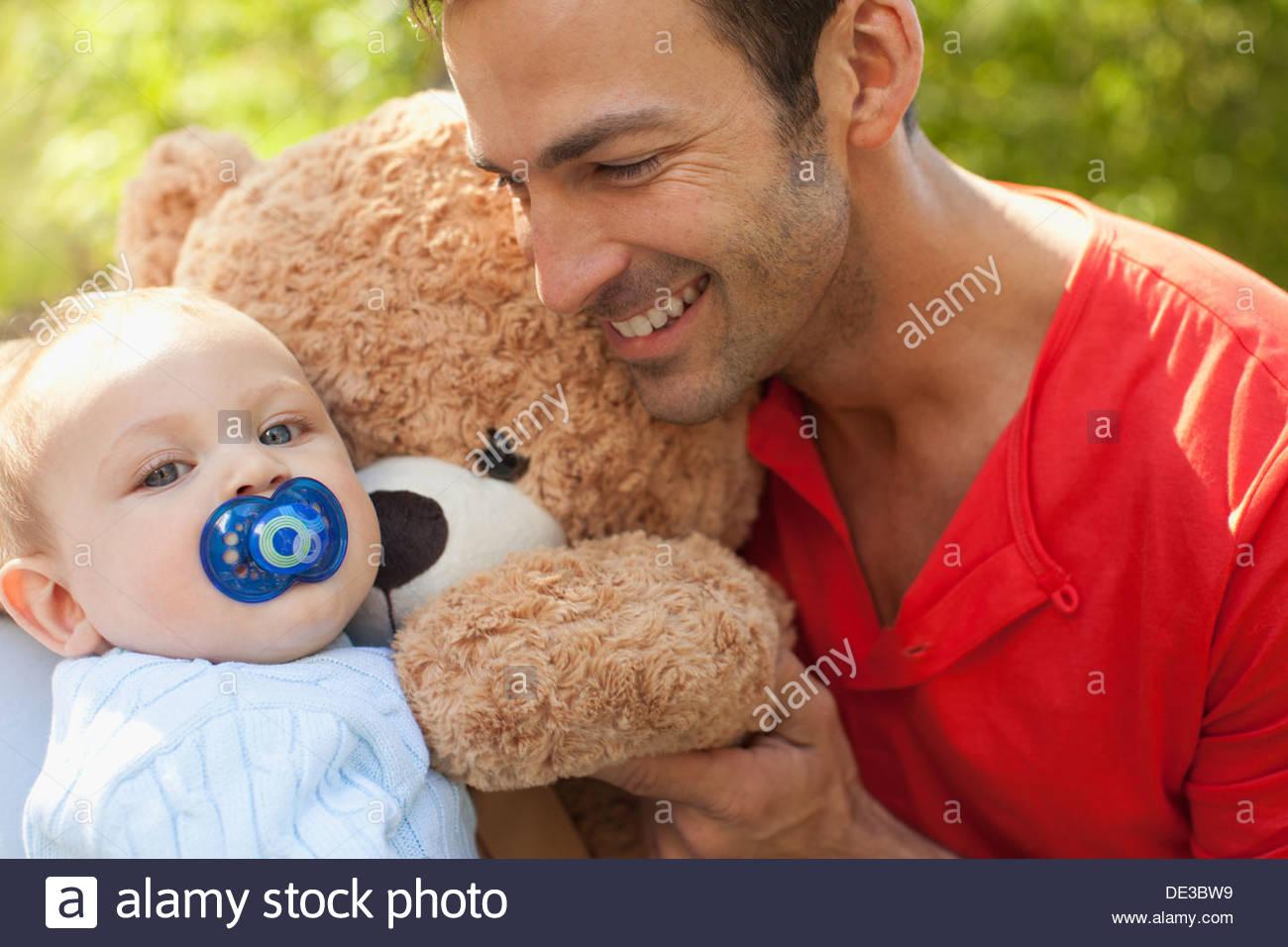 Le père et le bébé avec l'ours Photo Stock