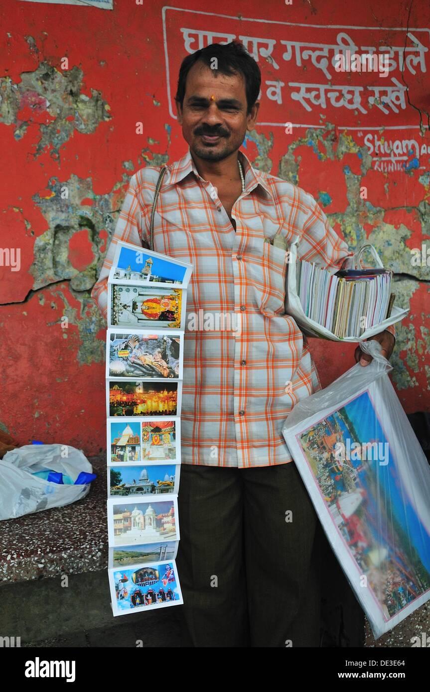 Man selling post card au ghat par le Gange dans la ville de houx Photo Stock