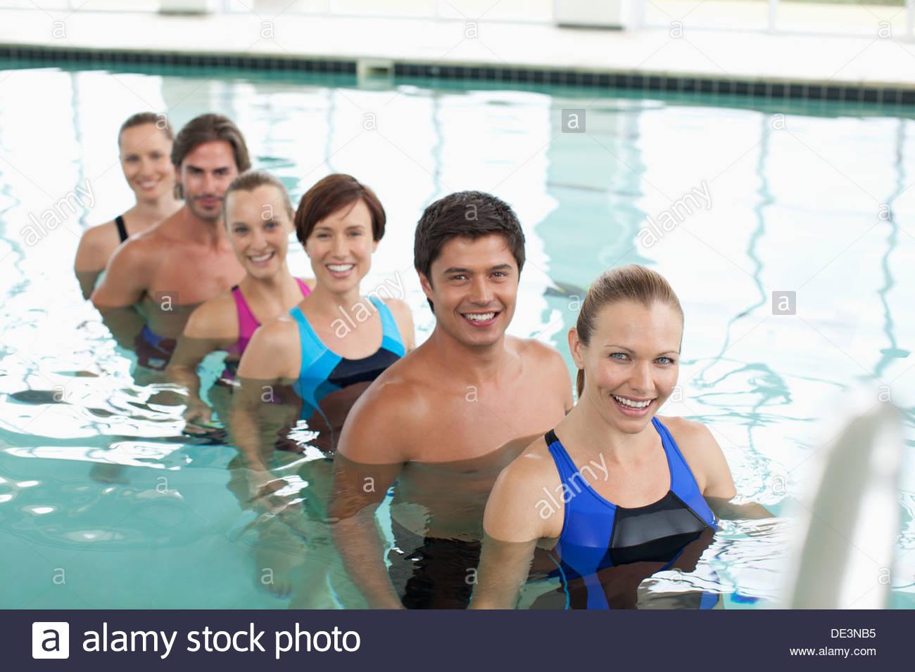 Six personnes en piscine Photo Stock