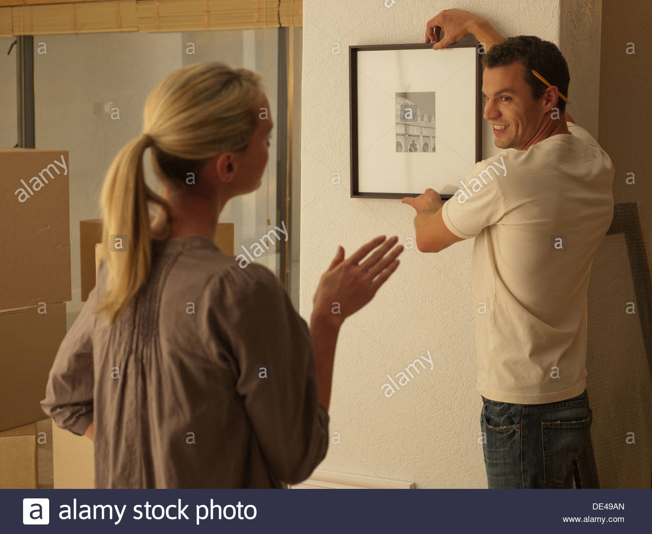 Photo Couple hanging in new house Photo Stock