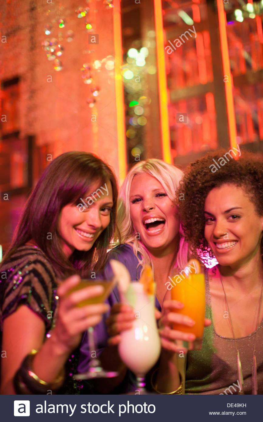 Cocktail d'amis en discothèque Photo Stock