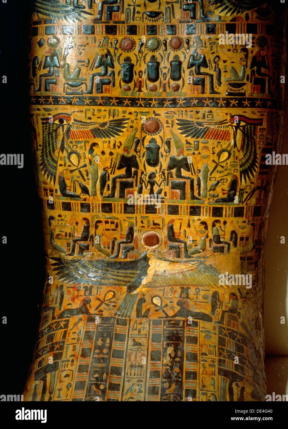 Détail de l'extérieur d'un cercueil,décorées avec des scènes de la mythologie osirienne et solaire. Photo Stock