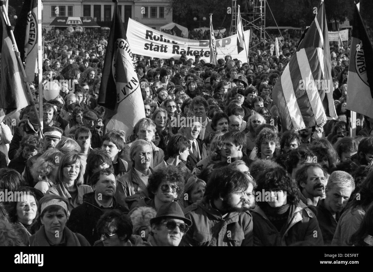 Le mouvement de la paix aujourd'hui, il y a 29 ans était un mouvement de masse qu'une grande partie de la population représentée, comme ici avec des chaînes humaines en face de Mannesmann à Duisburg et même programmer leur rassemblement à Bonner   Hofgarten. Photo Stock