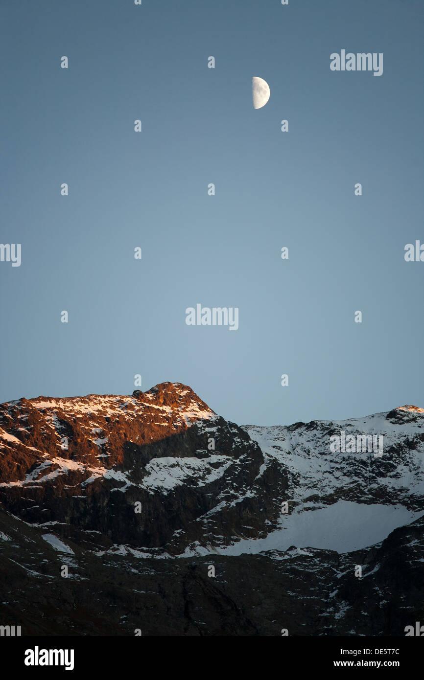 Saint-Moritz, Suisse, crépuscule et lune sur les Alpes de l'Engadine Banque D'Images