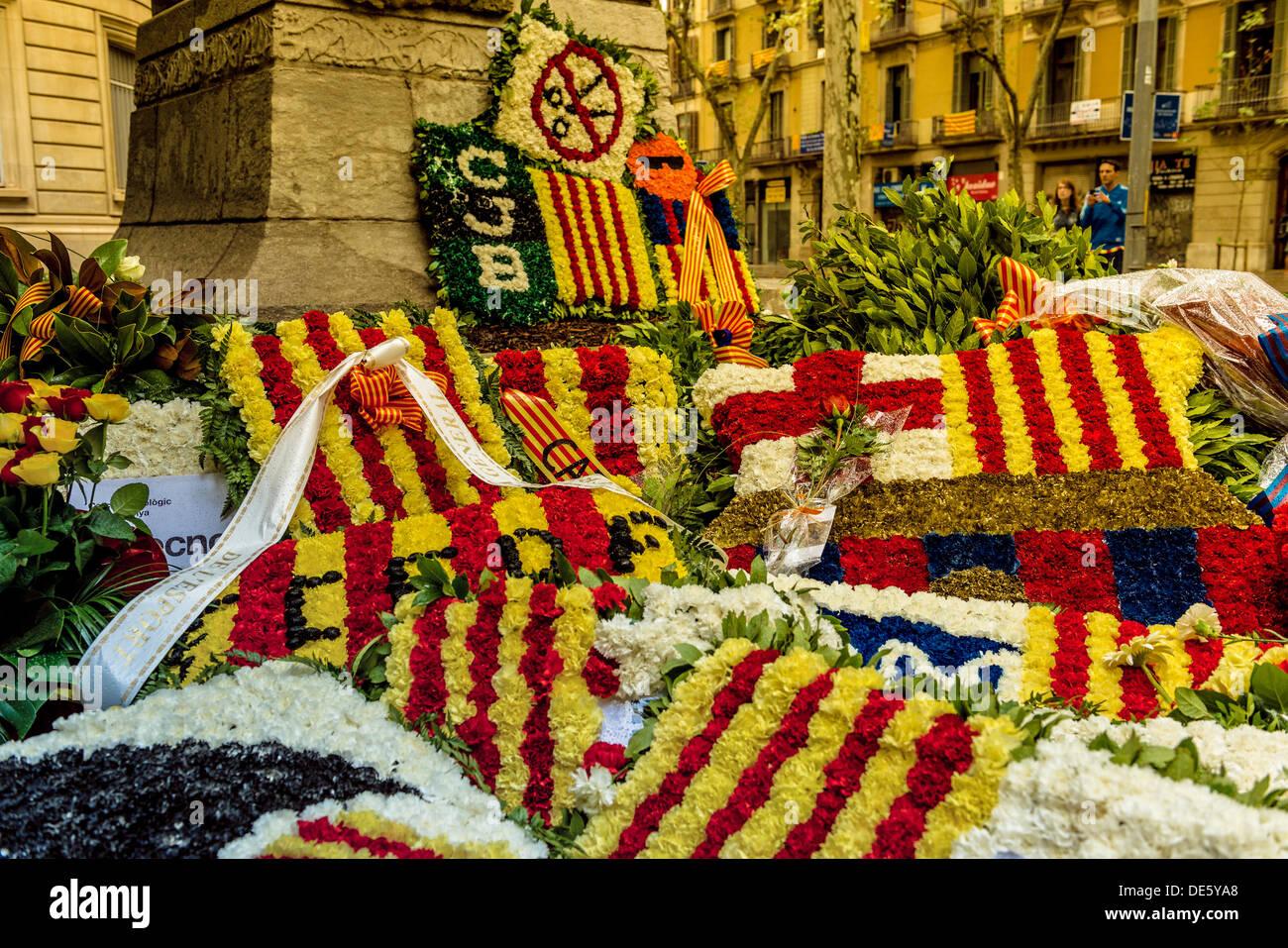 Barcelone, Espagne. 11 septembre 2013: l'un des actes traditionnels de la Journée nationale de la Catalogne est celle menée par les institutions catalanes, la plupart des forces politiques, et des représentants de programmes culturels, sociaux et les associations sportives de la Catalogne comme le FC Barcelone, qui présente des couronnes et décorations florales au pied du monument. © matthi/Alamy Live News Photo Stock