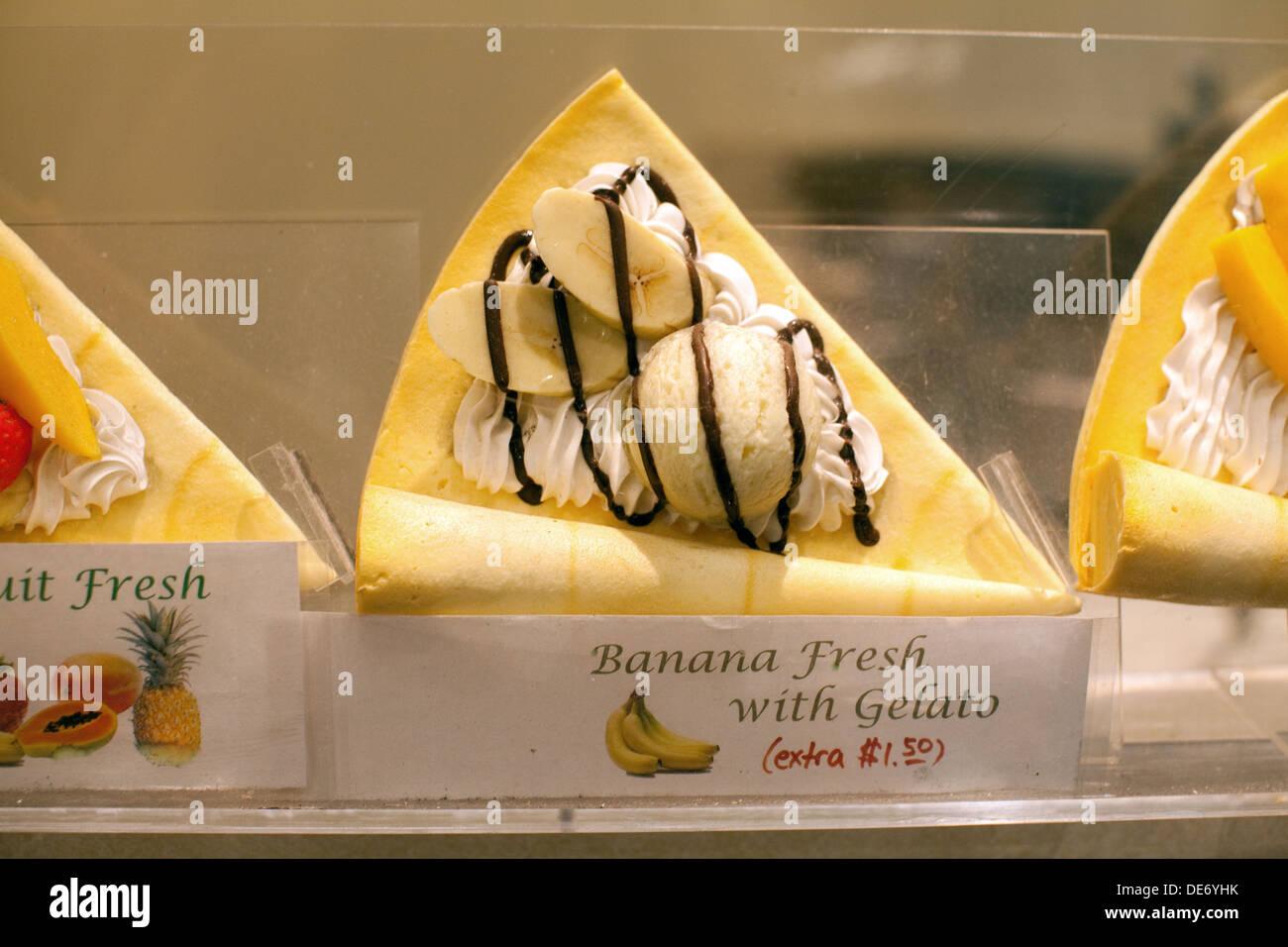 Affichage cas vente de fruits frais avec crêpe banane et glace. Un style japonais préférés dessert crêpe. Banque D'Images