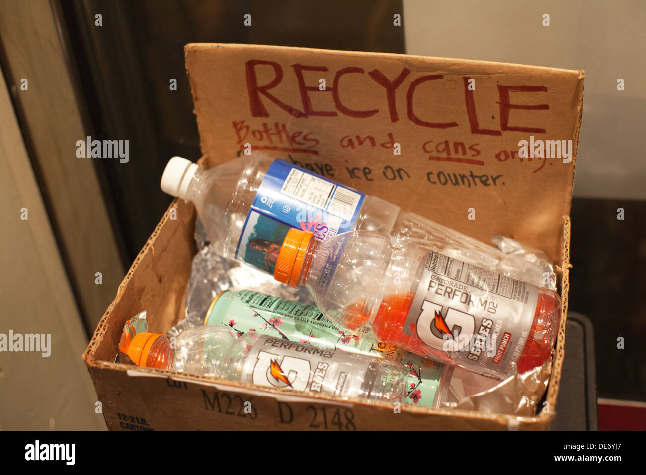 Boîte de recyclage dans une école qui dit 'Recycler les bouteilles et canettes seulement' Banque D'Images