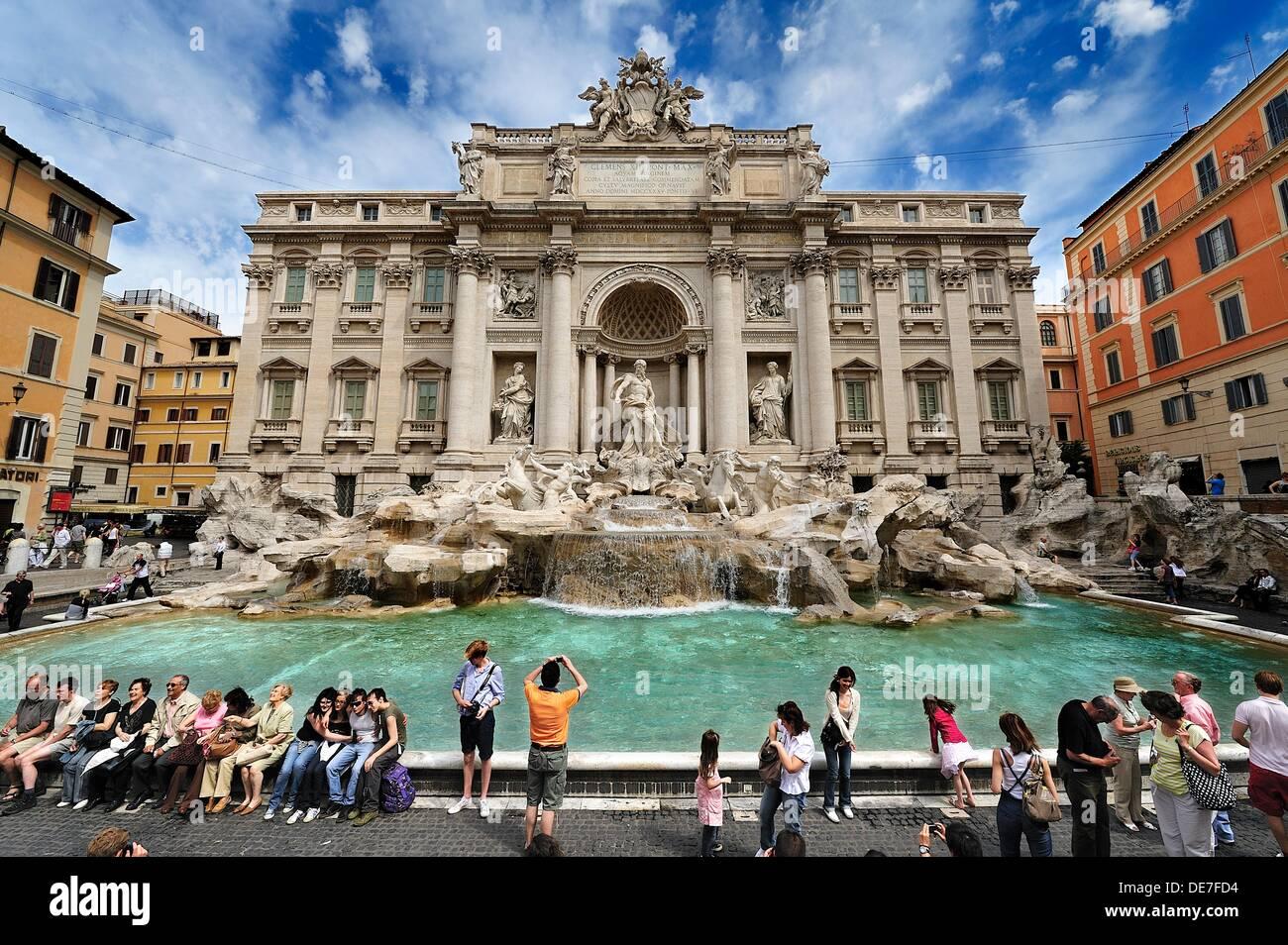 Vue spectaculaire de la fontaine de Trevi plein de touristes, Rome Photo Stock