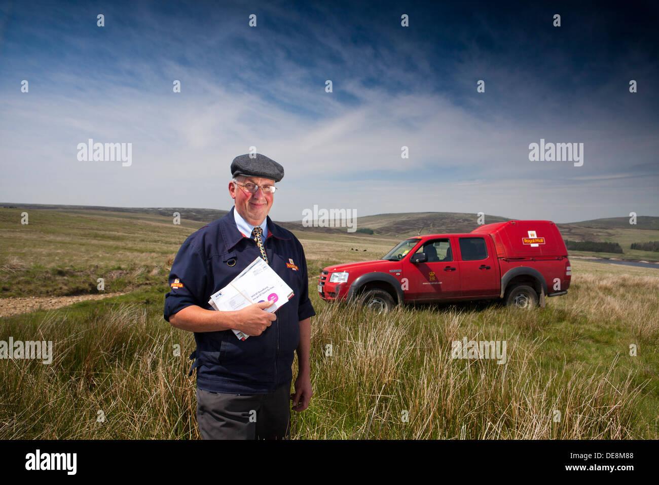 Facteur dans le Yorkshire Pennines , livrer le courrier à des fermes sur le dessus Photo Stock