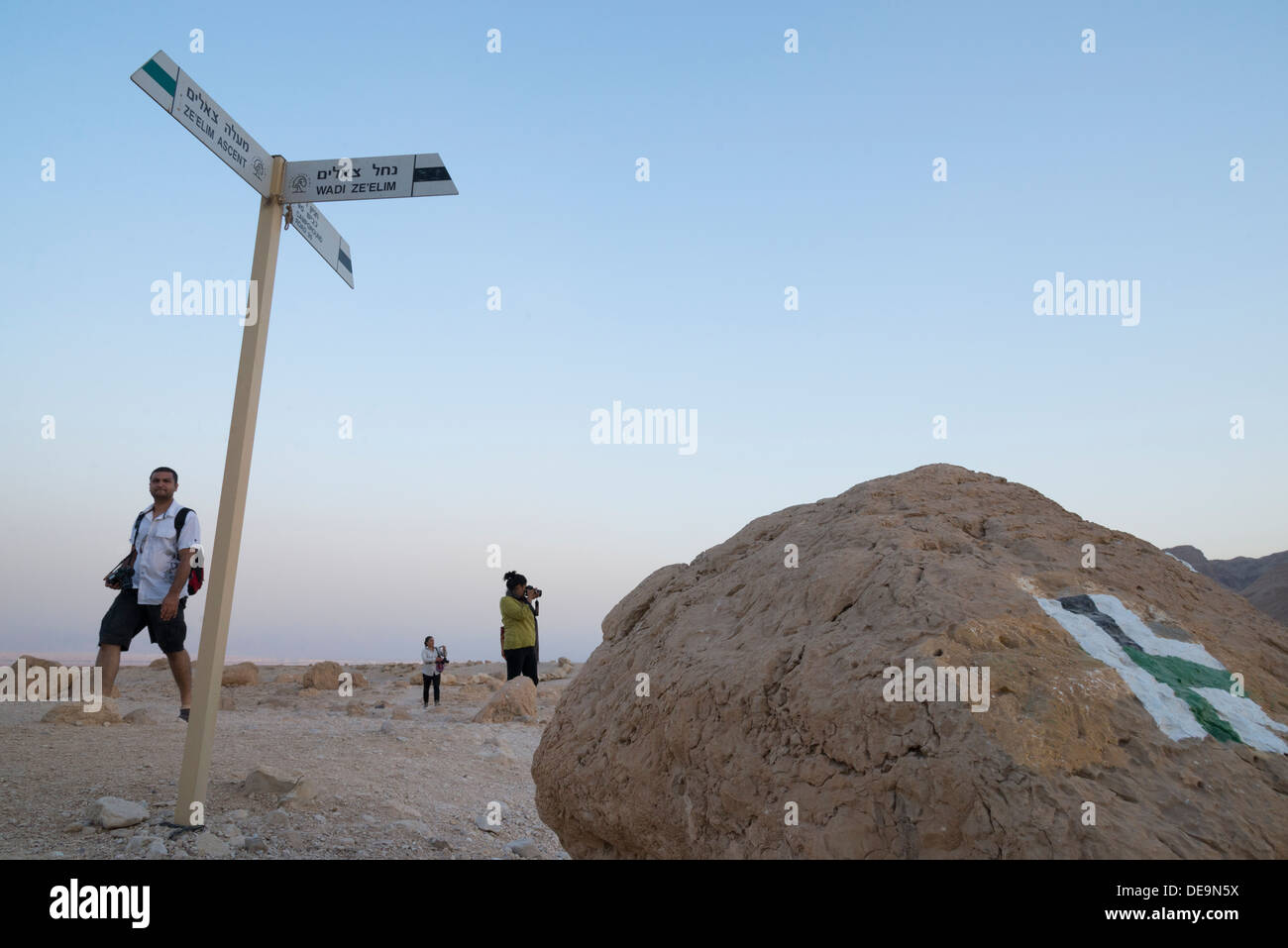 Trek dans le Wadi Zeelim. Désert de Judée. Israël. Photo Stock
