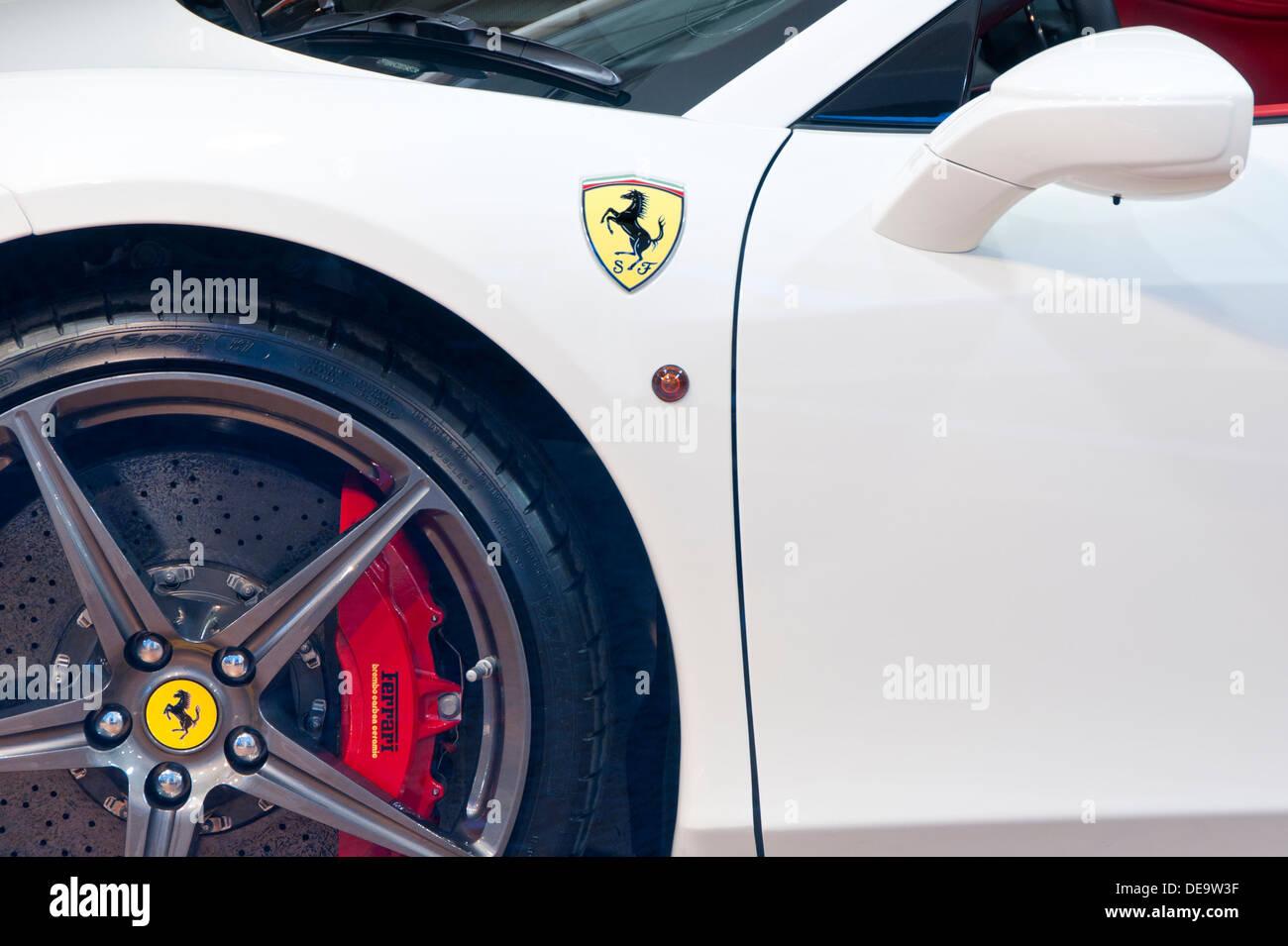 Close up of White Ferrari 458 Spyder Voiture de sport dotée d''& Badge de roue Photo Stock