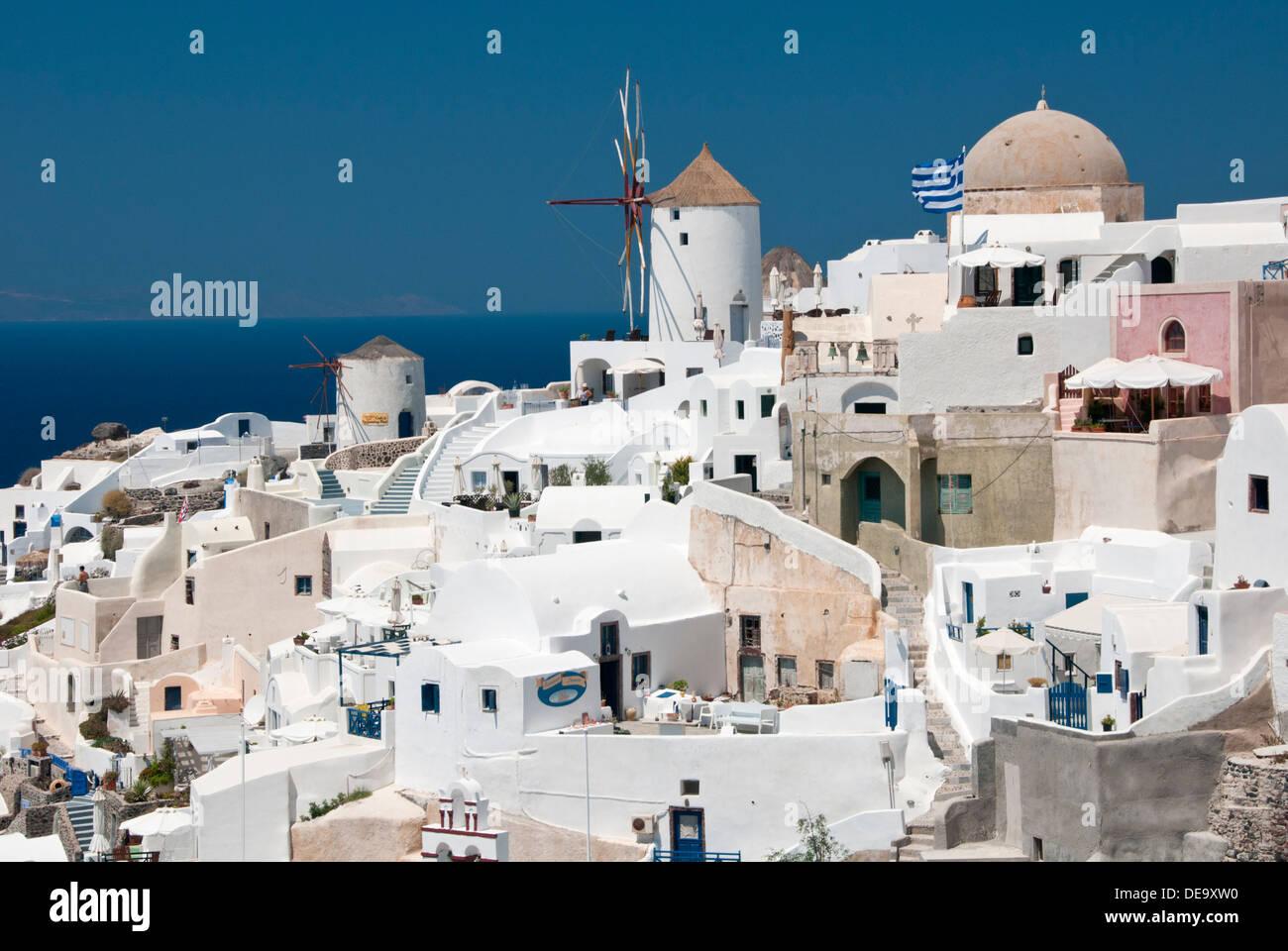Les moulins à vent et des maisons traditionnelles blanchies à la chaux, Oia, Santorin, Grèce, Îles grecques, Europe Photo Stock