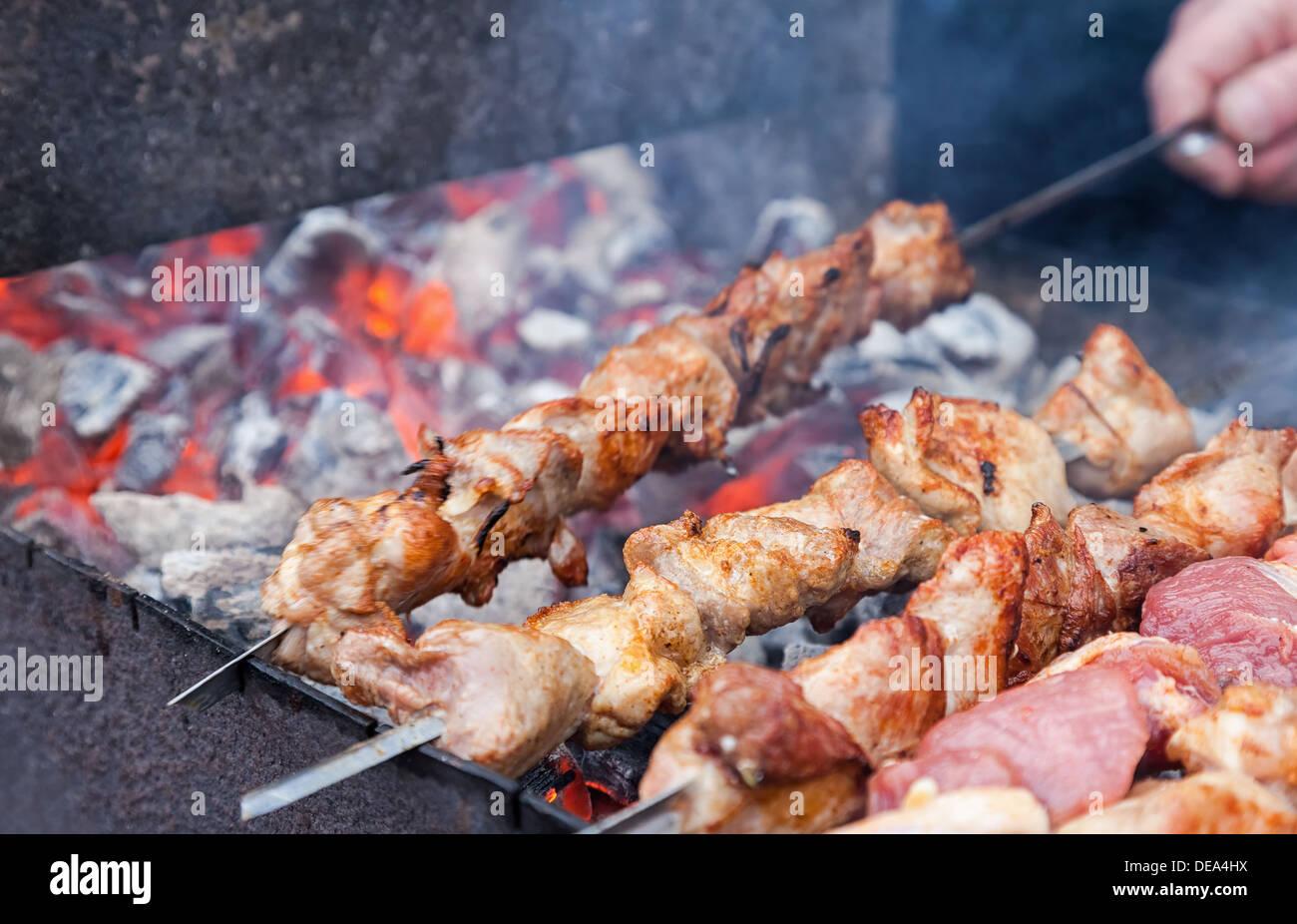 Juteuse tranches de viande en sauce préparer sur charbons ardents Photo Stock