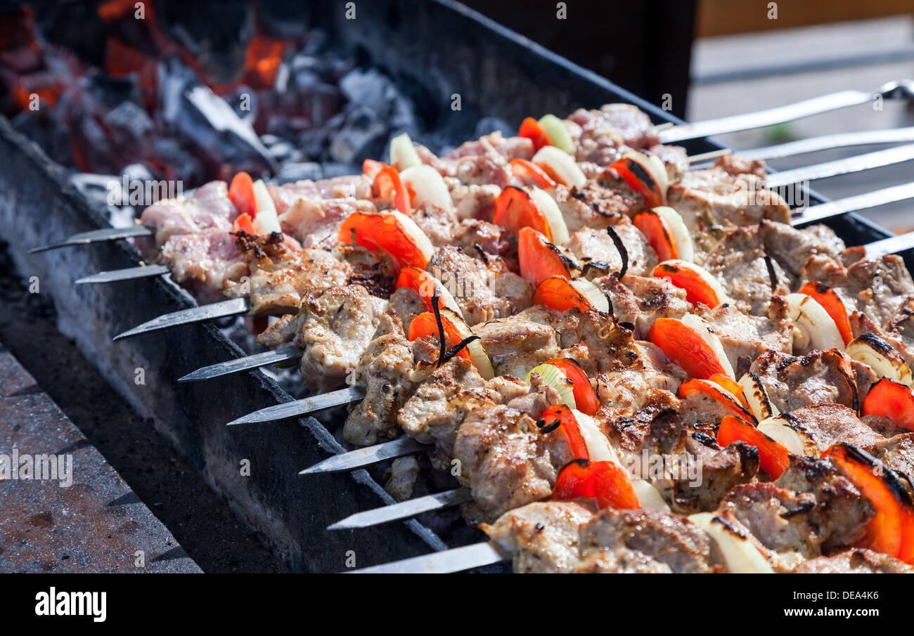 Juteuse tranches de viande en sauce préparer en feu (shish kebab) Photo Stock