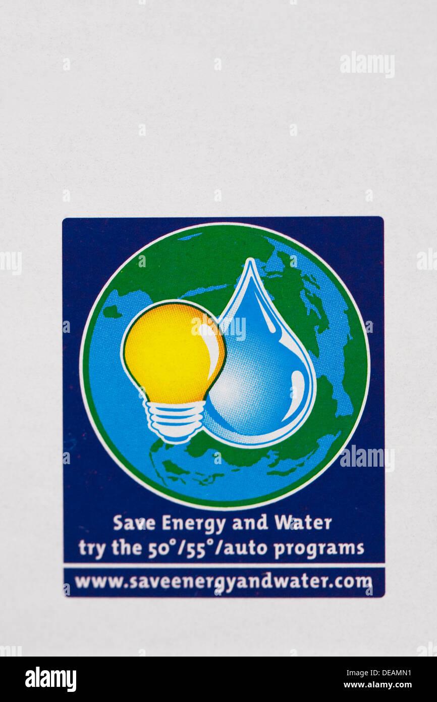 Économiser de l'énergie et de l'eau logo sur un paquet de lessive. Photo Stock
