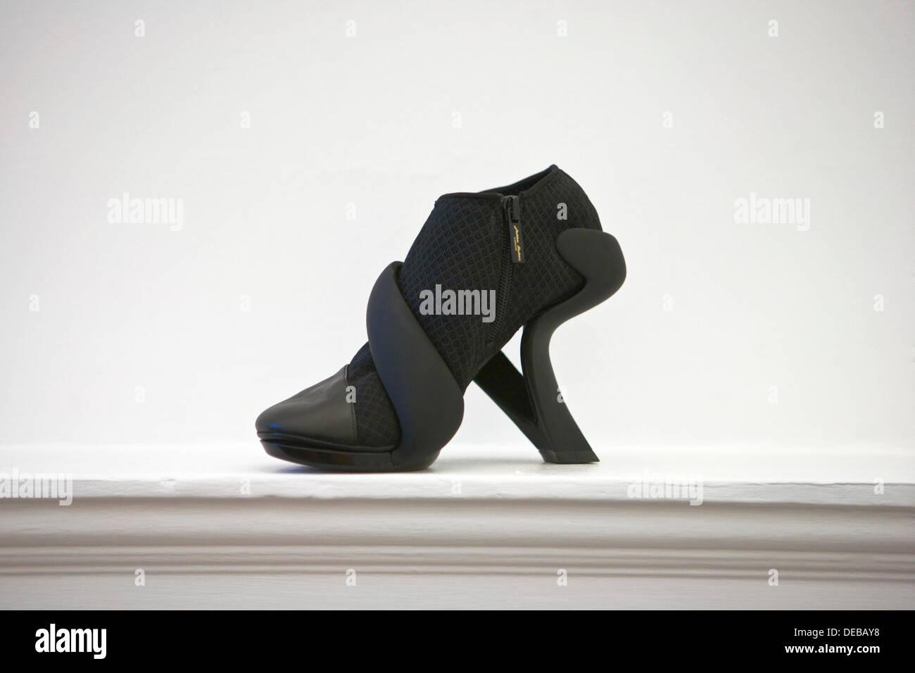 London Fashion Week à Somerset House: dernières créations de nouveaux talents. Julian Hakes créateur de chaussures chaussures mode moderne Photo Stock
