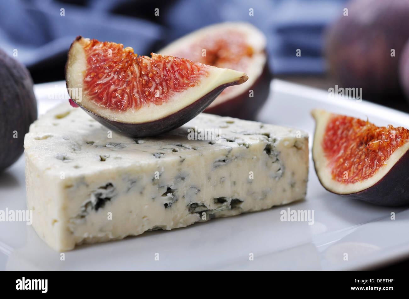 Fromage bleu et doux fruit figues sur une plaque blanche Photo Stock