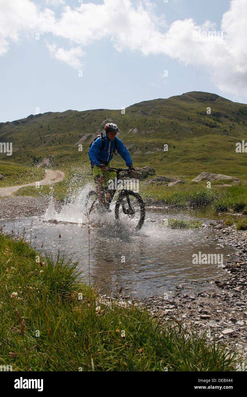 Du vélo de montagne dans le Val di Trela, Val di Trela, Livigno, province de Sondrio, Lombardie, Italie Banque D'Images