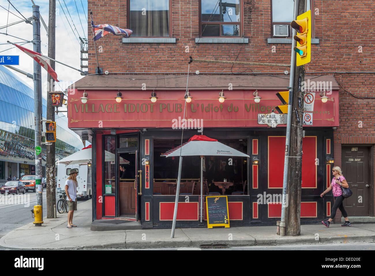 """""""L'Idiot du Village Pub' 'L'Idiot du Village"""" - Pub au coin de rue McCaul, Toronto Photo Stock"""