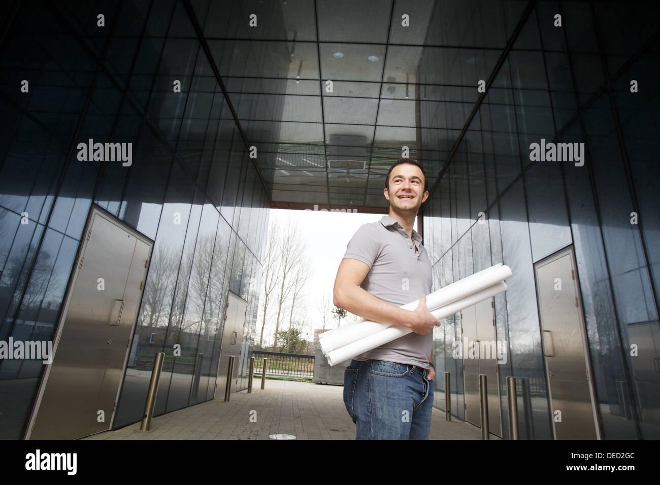 Jeune étudiant architecte avec dessins Photo Stock