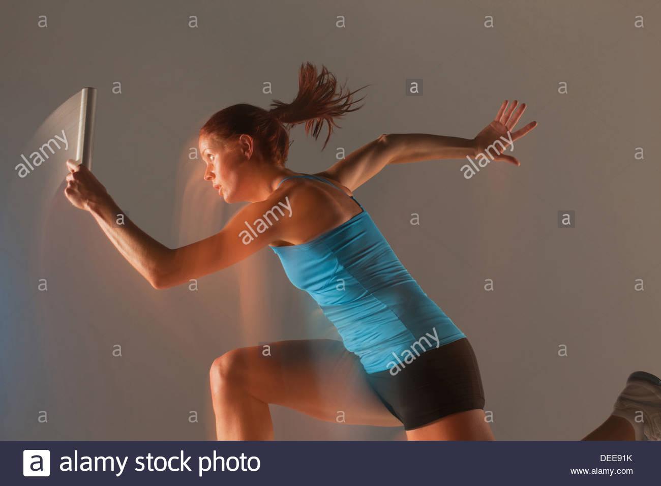 Vue brouillée de runner réalisation baton Photo Stock