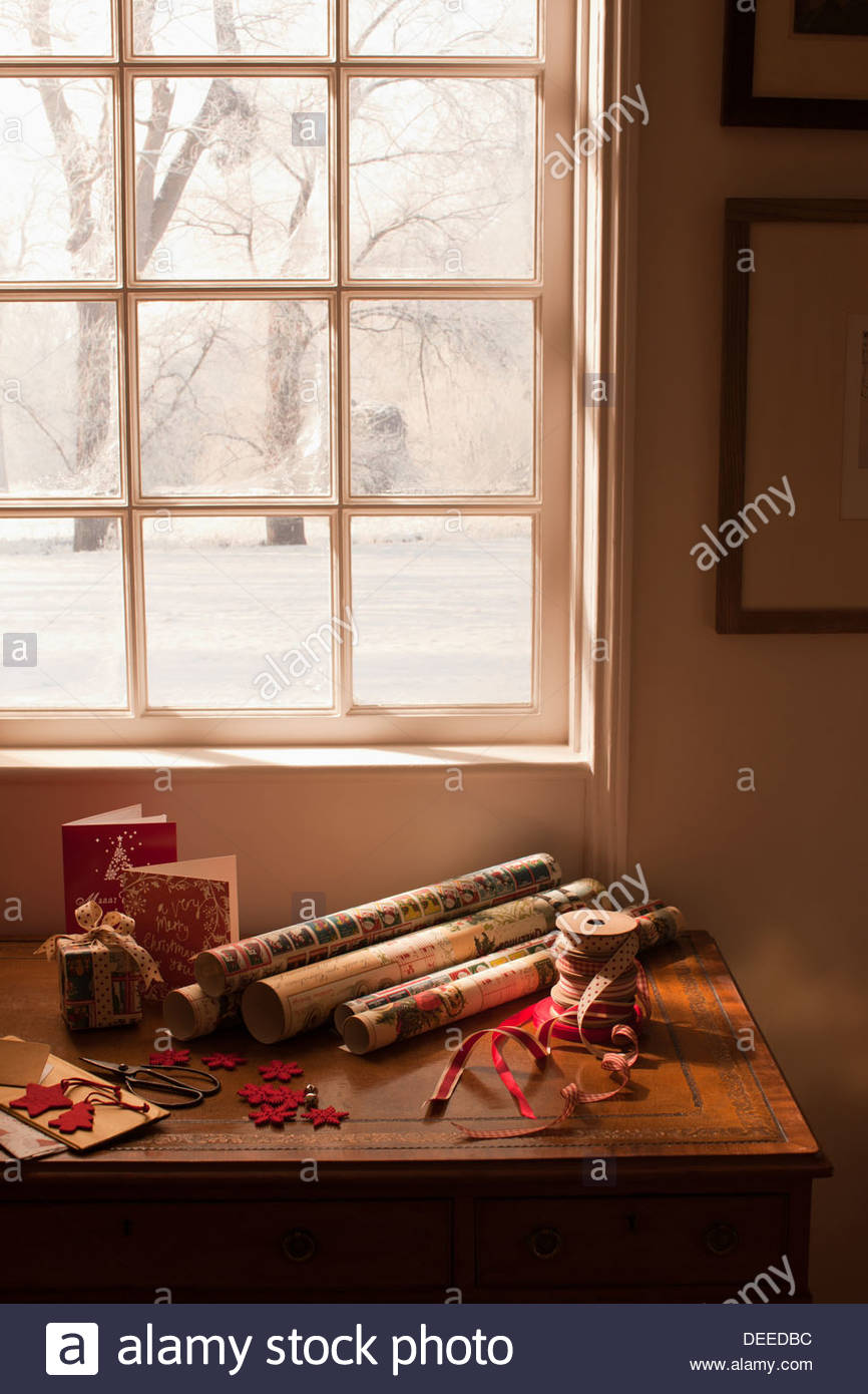Papier d'emballage de Noël, ruban, cartes et cadeaux fenêtre proche Photo Stock