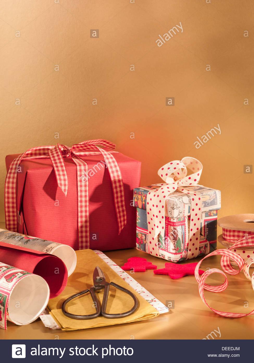 Papier d'emballage de Noël, ciseaux et ruban Photo Stock