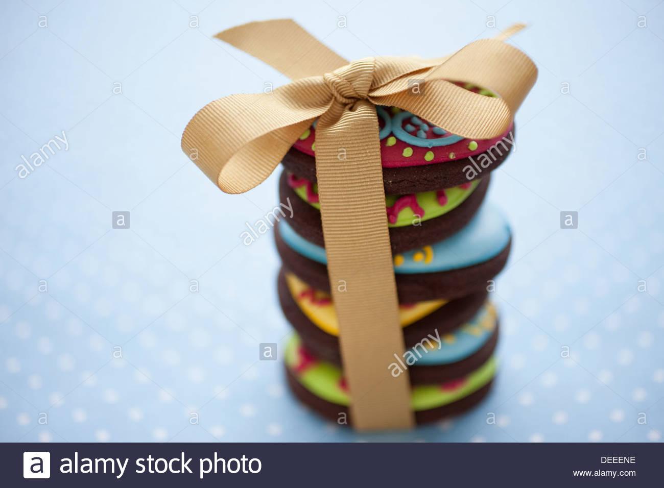 Close up of decorated Easter cookies dans pile lié avec ruban Photo Stock