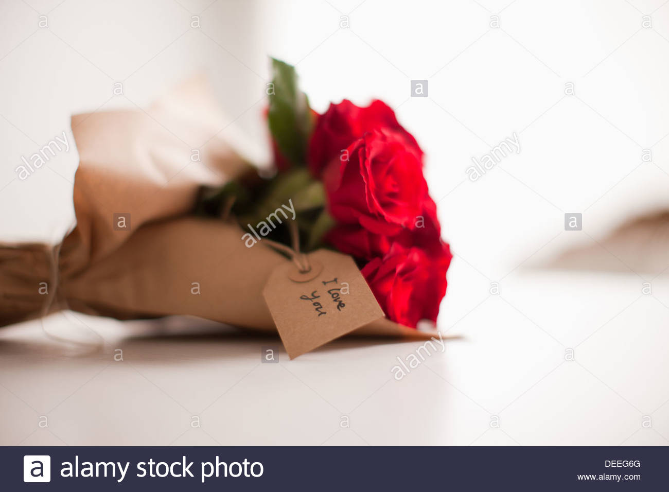 Close up of red roses avec gift tag Photo Stock